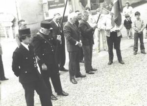 cérémonie au monument aux morts vers 1972